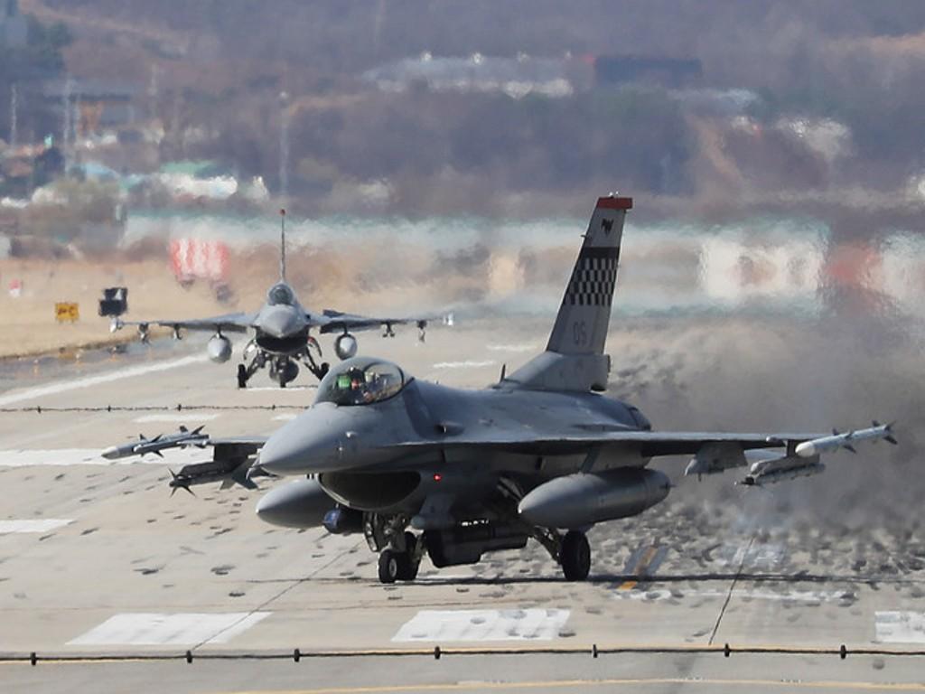 جنگنده آمریکایی در کالیفرنیا به انبار مهمات برخورد کرد